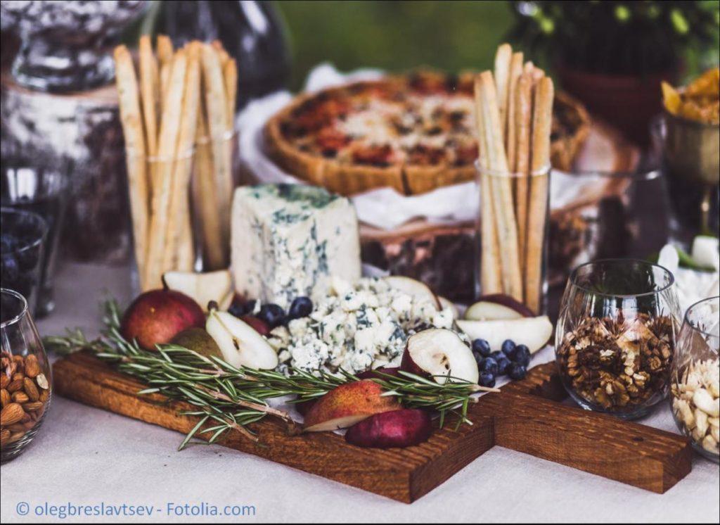 Das passende Catering und den professionellen Lieferservice zur Hochzeit finden - #118233209   © olegbreslavtsev - Fotolia.com